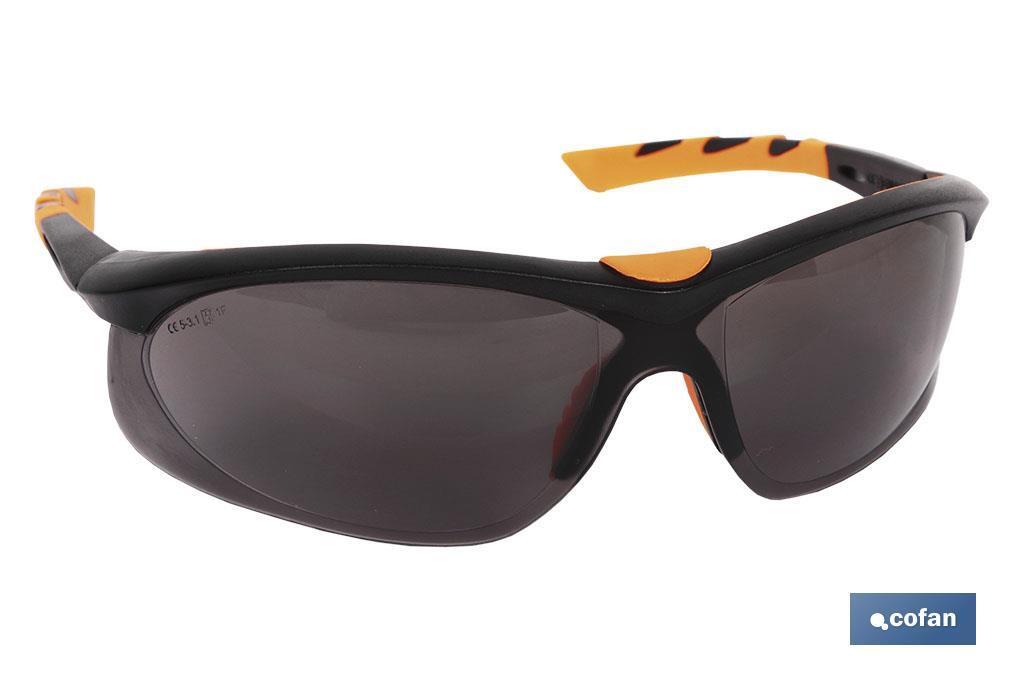 Gafas de seguridad. Modelo Fusión. Protege contra impactos, sus cristales son oscuros. Este modelo de gafa es muy elastica y fl