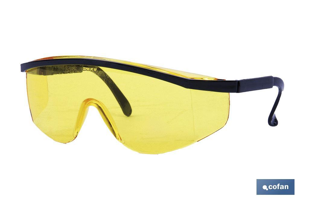 Gafa de seguridad anatómica. Con protección contra impactos. Son muy confortables y ligeras. Las lentes son ahumadas, con trat
