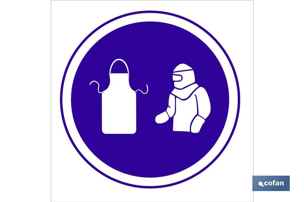 Obligatorio mandil y traje protección