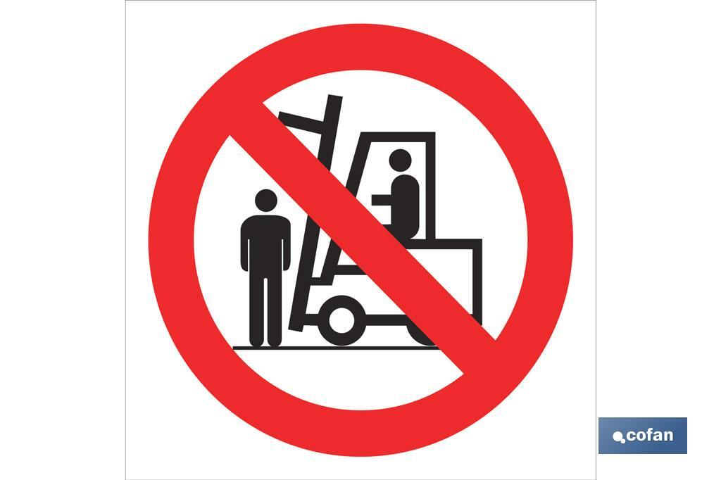 Prohibido situarse debajo carga